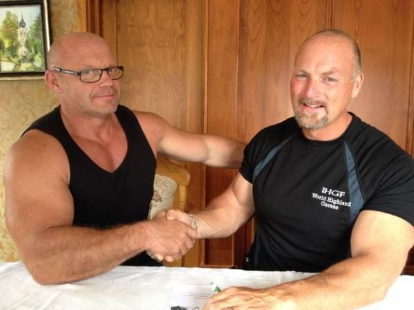 Handschlag: Hans Dieter Dorow (l.) aus Fürstenwalde und der Vize-Präsident der IHGF, Francis Brebner (USA) nach der Vertragsunterzeichnung für die Amateur-Weltmeisterschaft