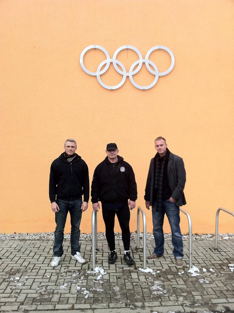 André Bonne (li.), Hans-Dieter Dorow (mi.) und Daniel Dorow (re.) in Kienbaum bei den Hallenkreismeisterschaft Kugelstoßen 2013